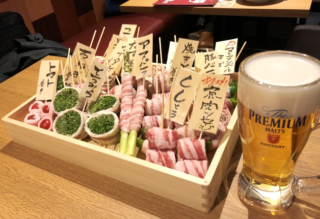 【秋田ガーデンテラス】「博多野菜巻き串と炭火焼き 福ノ助」で博多グルメと「プレモル」を楽しもう!