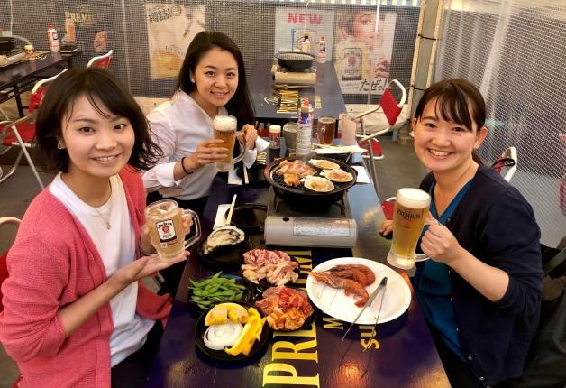【第6回・仙台の酒場で女子会!シリーズ】「仙台朝市直結 東四ビアガーデン」で新鮮魚介や野菜のBBQと「プレモル」を堪能しよう♪