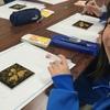 子どもたちが蒔絵の技法「地蒔き」に挑戦!岩手県釜石市で「おもしろびじゅつ教室in東北」を実施しました
