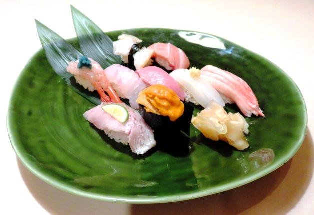 大皿に盛られた新鮮なネタの寿司