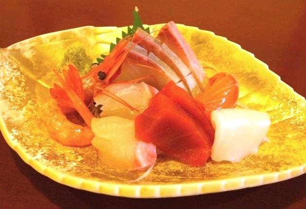 新鮮な旬の魚のお造り盛り合わせ
