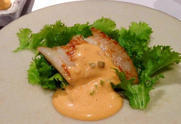 特製ソースの色が鮮やかな白身魚の鉄板焼き