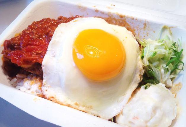 卵が豪快にのったロコモコ丼