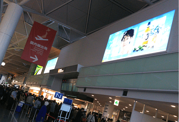 「中部国際空港セントレア」にウイスキー「知多」の大型広告が登場!愛知のお土産にぜひ「知多」を♪