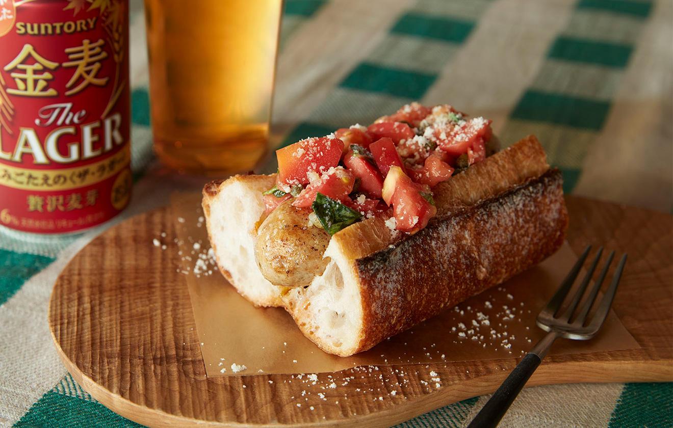 フランスパンで食べる ホットドッグの写真