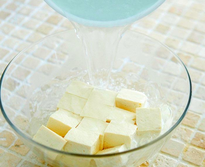 手順2 豆腐を湯に浸す