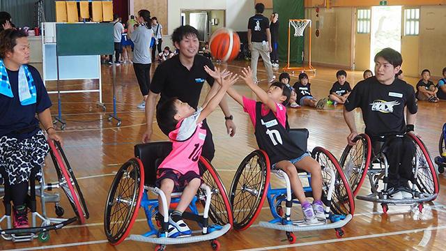 いわき市の学童の児童を対象に車いすバスケ体験教室を実施