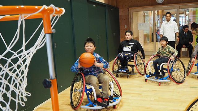 石巻市子どもセンターで地元出身の選手による「車椅子バスケ体験教室」を開催