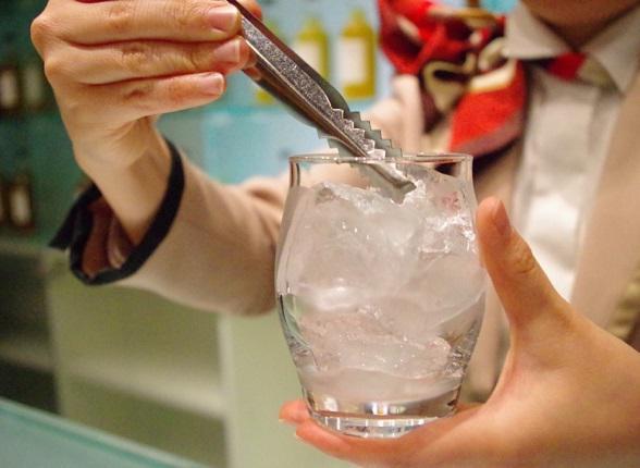 グラスの縁まで氷をぎっしり入れます