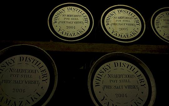 樽の中で熟成を重ねることでウイスキー特有の琥珀色と奥深い香味を纏う