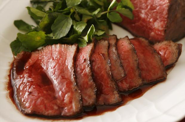 フライパンで簡単に作るご馳走の定番ローストビーフ 赤玉ソース
